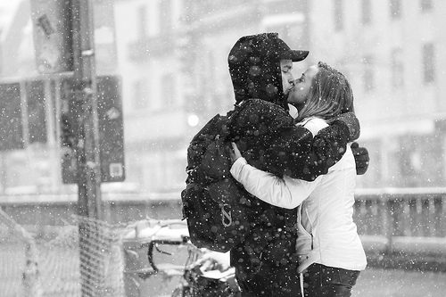 kissing_couple_in_winter